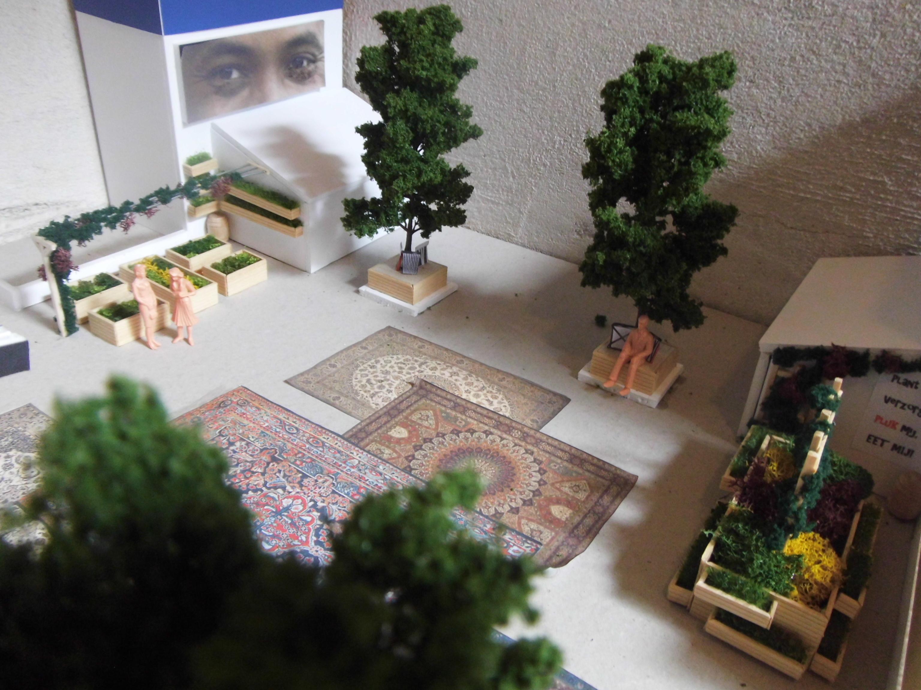 Maquette met de openbare moestuin, kruidentuin, ogenposters en Perzisch tapijt