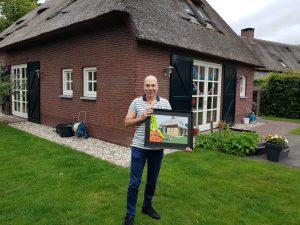 Zie Mario eens trots zijn op het Passieportret wat hij voor zijn 50ste verjaardag heeft gekregen van z'n jeugdvriend!