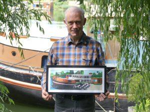 Hij was heel blij met het persoonlijke cadeau voor zijn afscheid. Speciaal op maat gemaakt zodat het in de woonboot past, die je op de achtergrond ziet liggen!